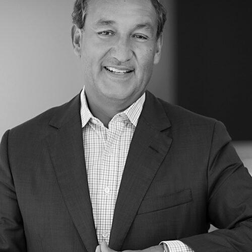 Black and white headshot photograph of Oscar Munoz.
